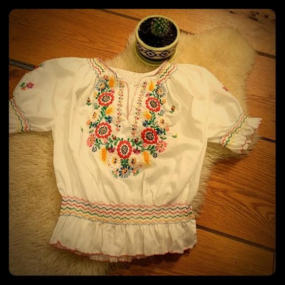 c816a282207d6 Vintage embroidered Mexican peasant top. M 5a9de3ecf9e5015bd44f6123